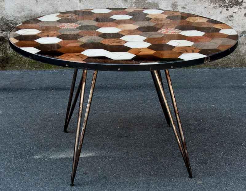tavolo tondo resinato con rombi di legni diversi