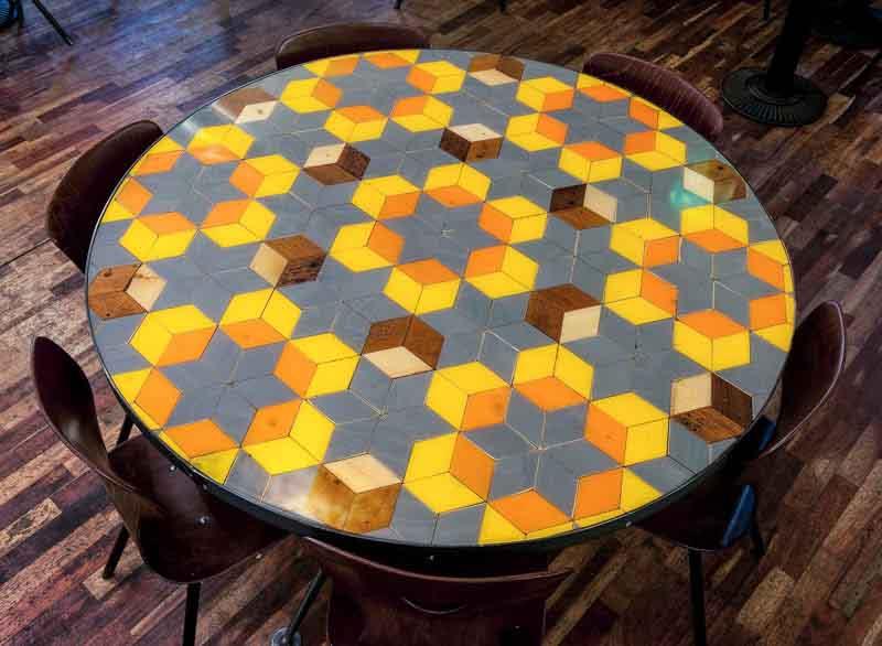 tavolo tondo con pattern a rombi colorati