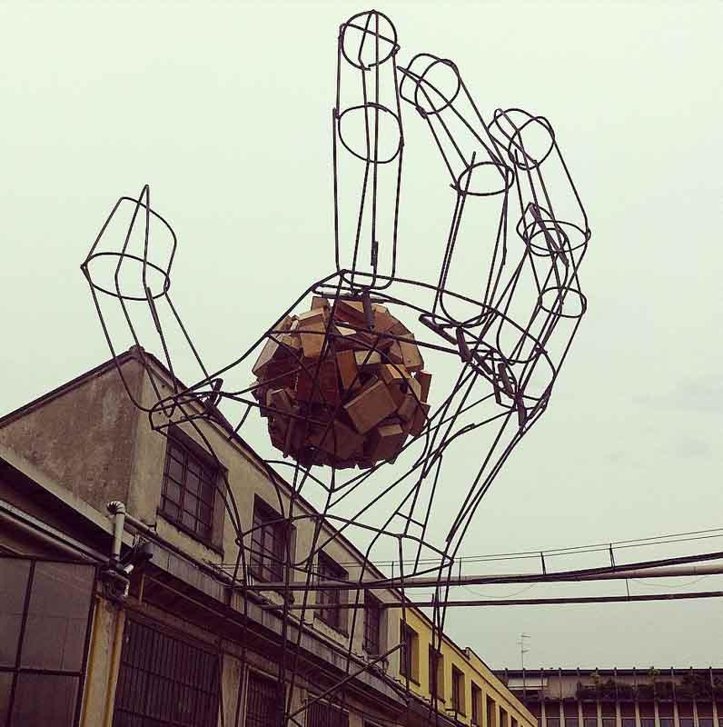 scultura a forma di mano