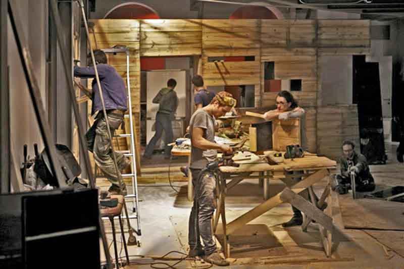 gente che costruisce e lavora il legno
