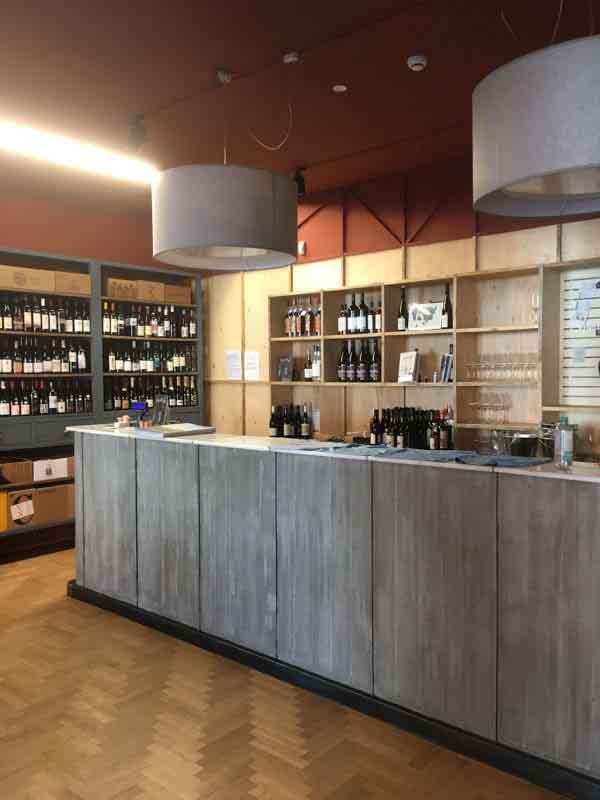 bancone e bottigliera di Enoteca Naturale Milano