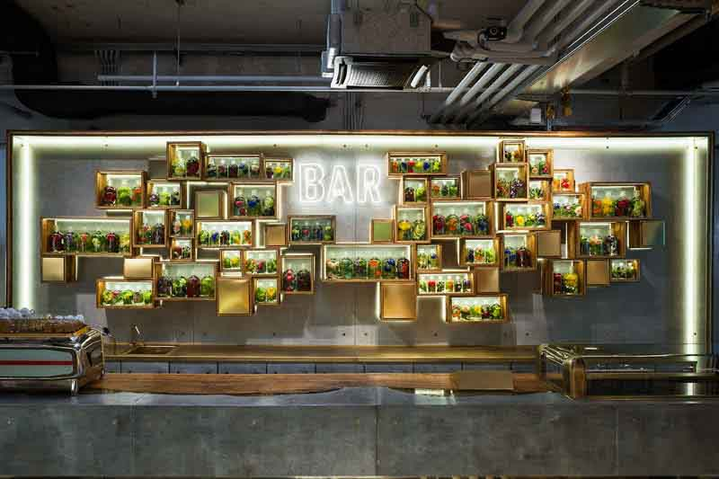 bottigliera di legno antico e luci led