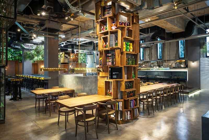 libreria a colonna di legno