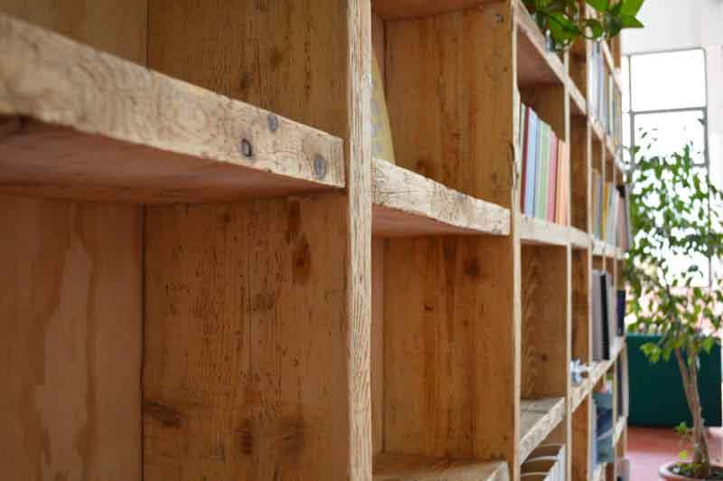 libreria con assi da ponteggio