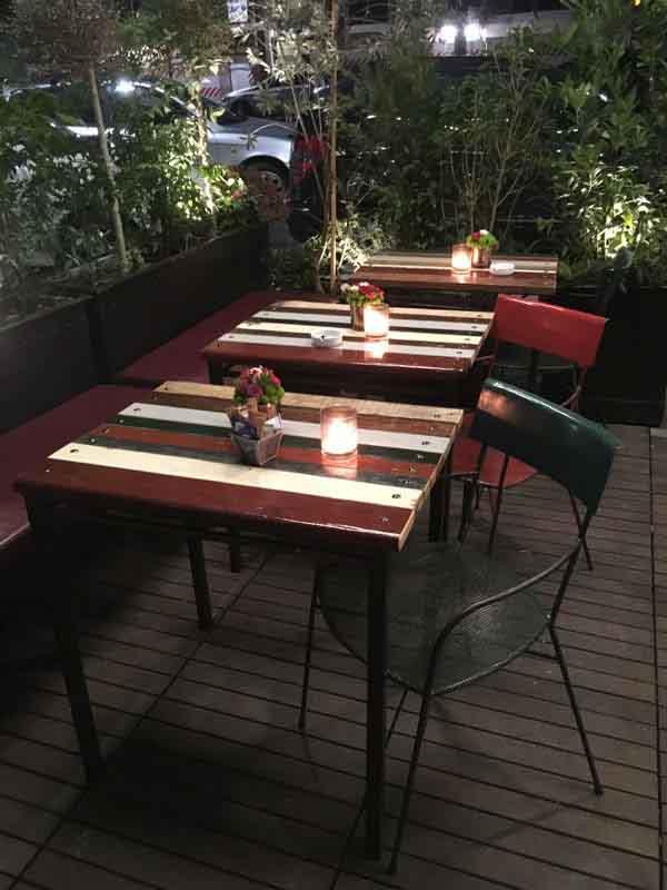 tavolini di legno colorato per esterni