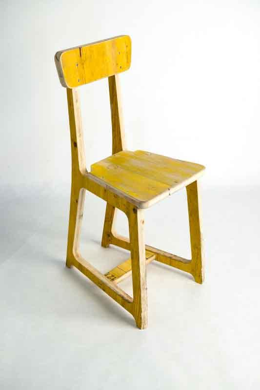 sedia gialla di legno