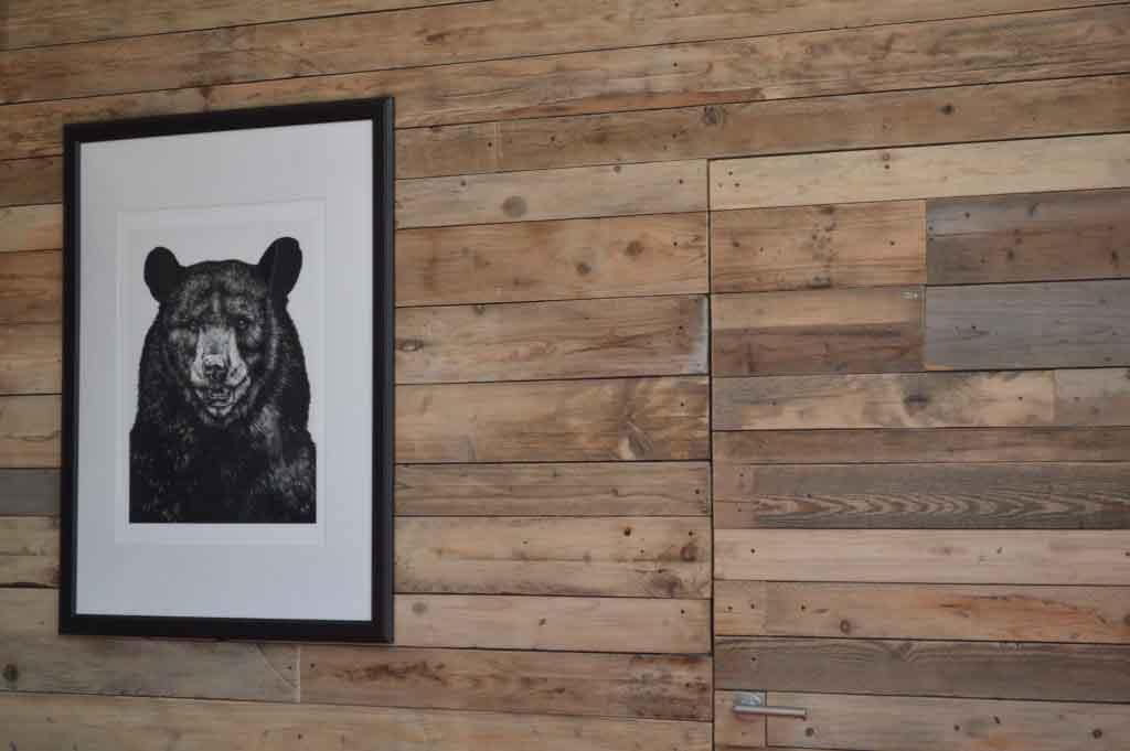 parete rivestita di legno riciclato