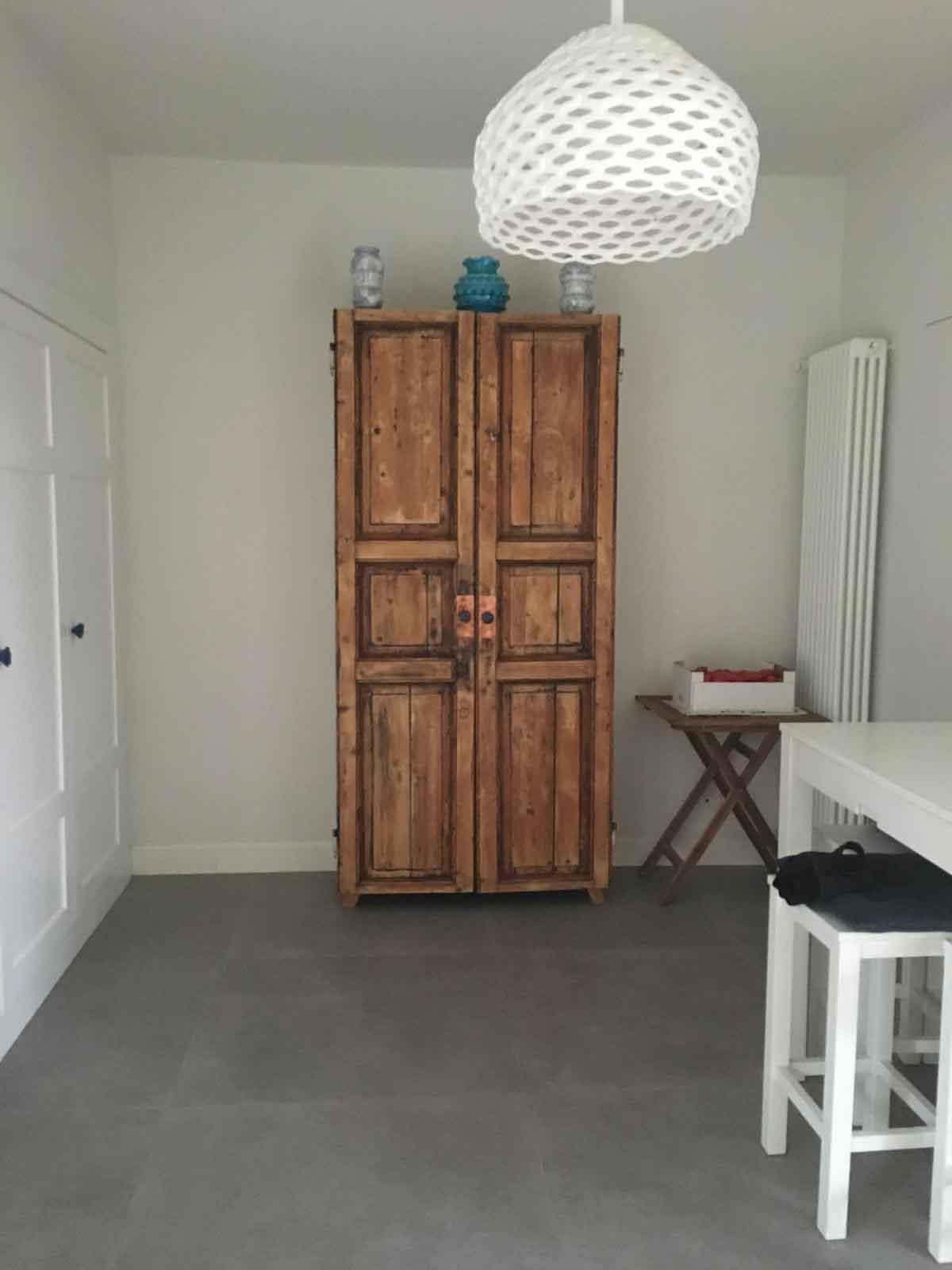 armadio con porta di recupero di legno