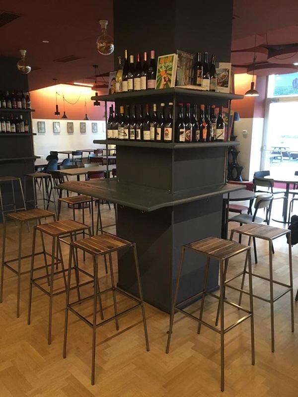 tavolo a colonna con sgabelli
