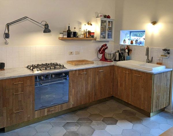 cucina marmo, rovere e ottone