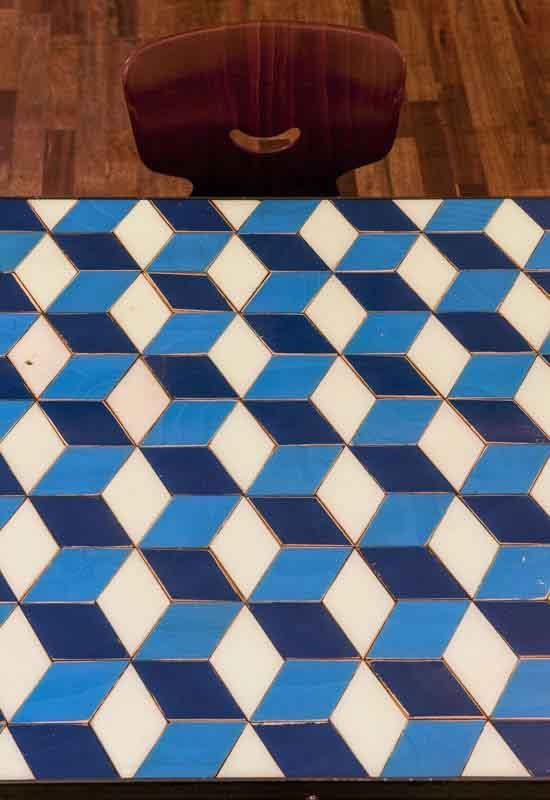 tavolino bianco e blu