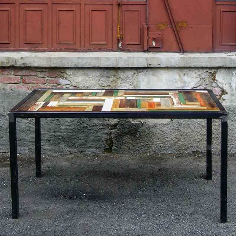 tavolo da pranzo di ferro e legno colorato