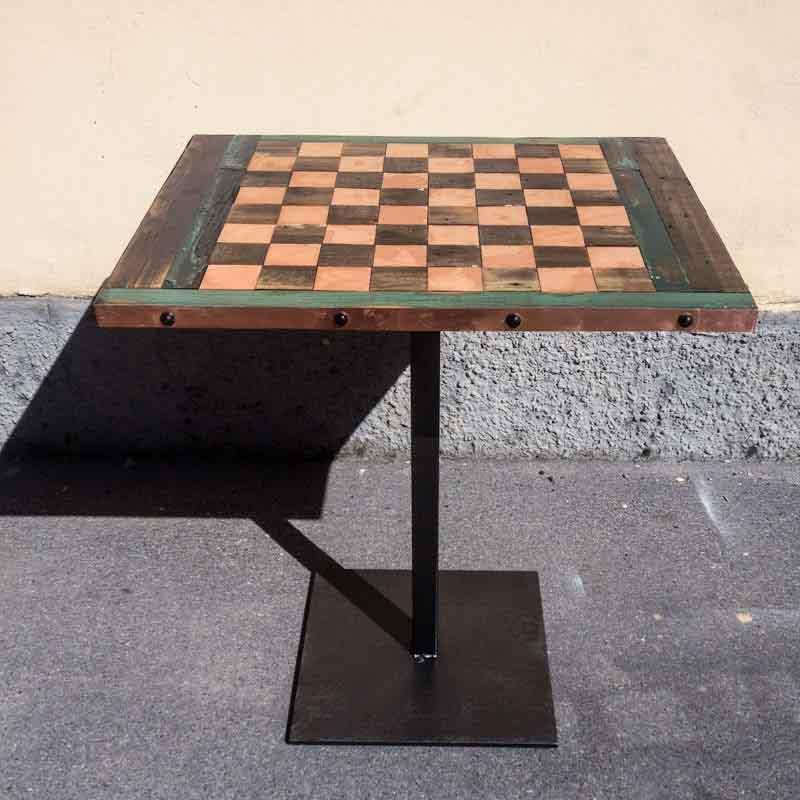 tavolo di legno e rame con scacchiera