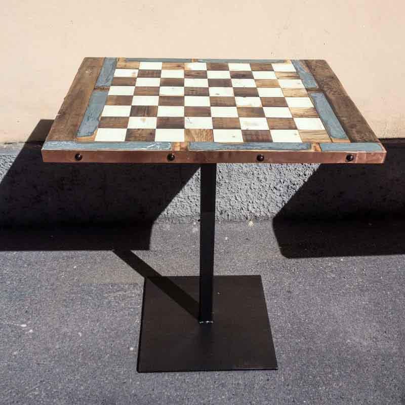 tavolino con scacchiera di legno e ottone