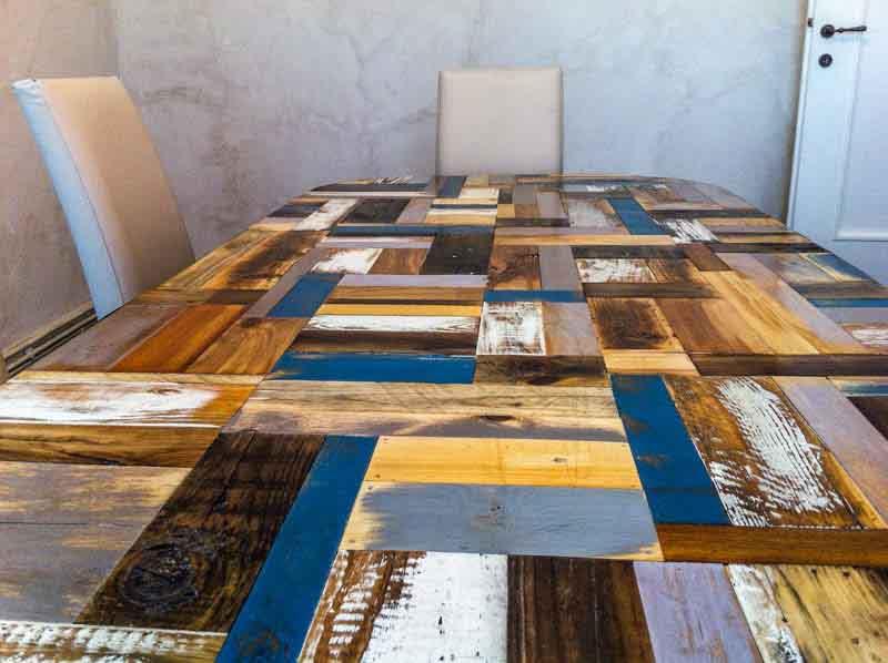 tavolo di legno colorato di recupero