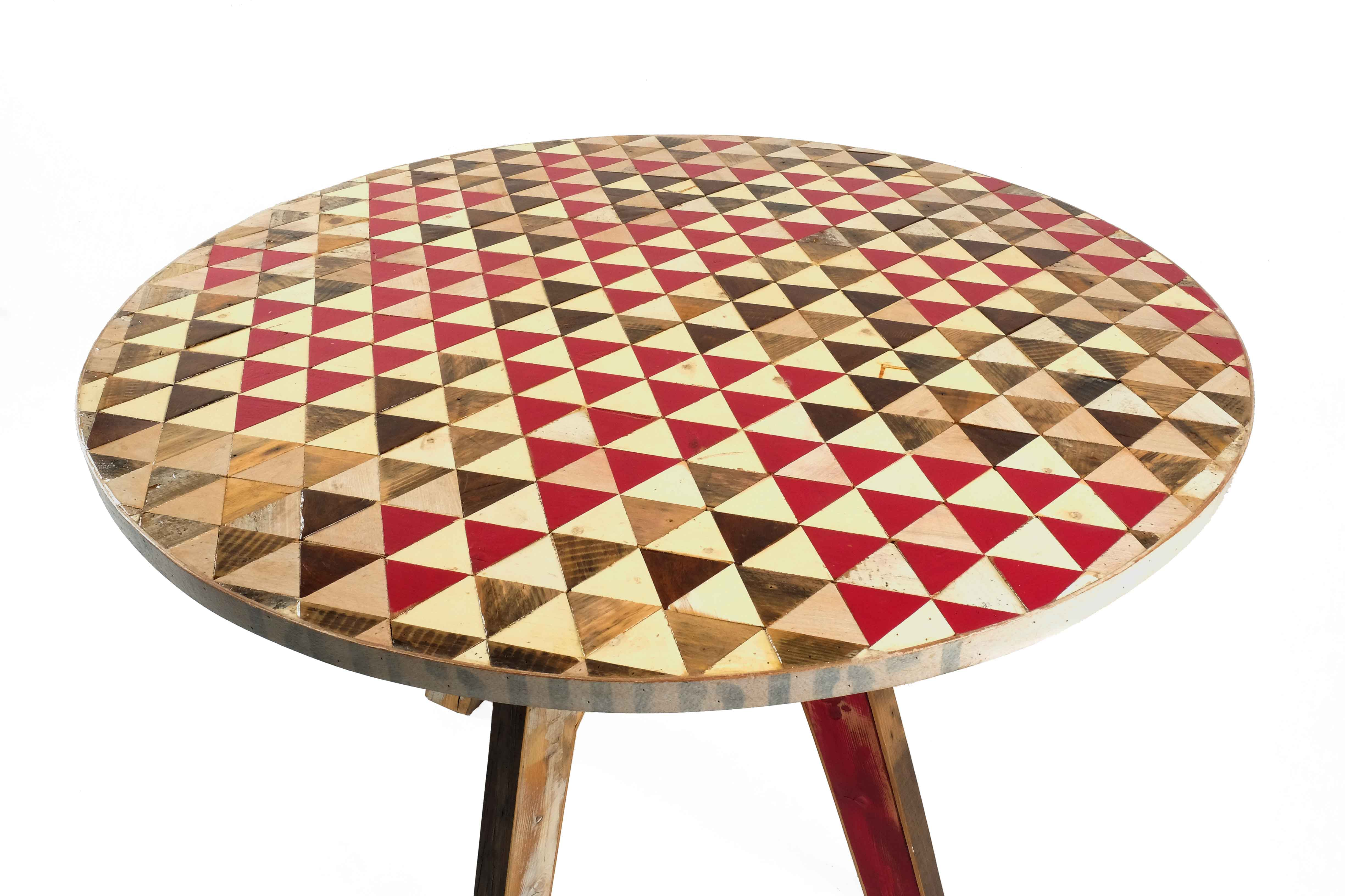 tavolo con triangoli colorati di legno