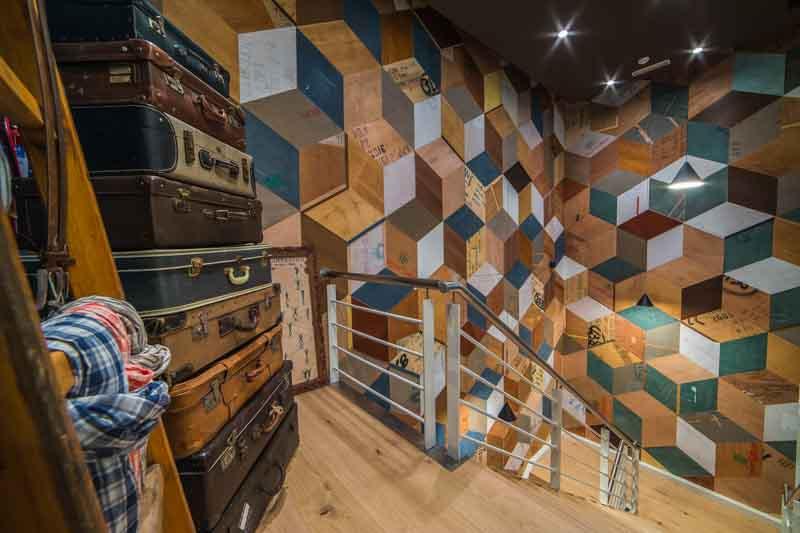 rivestimento muro con legno colorato riciclato