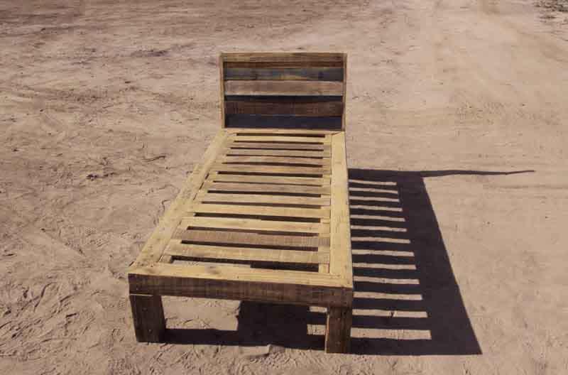 letto di legno riciclato fatto a mano