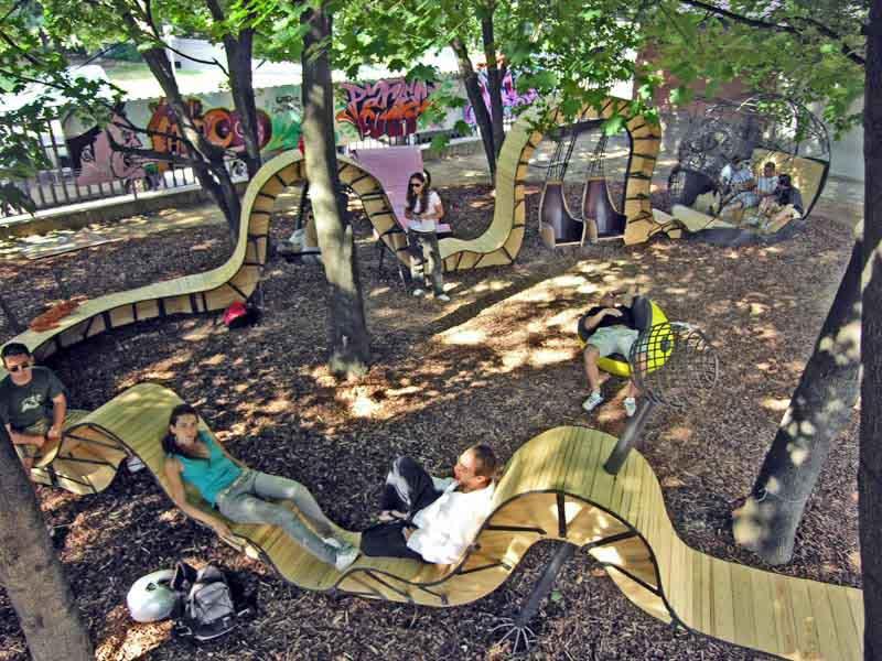 struttura di legno per relax in piazza