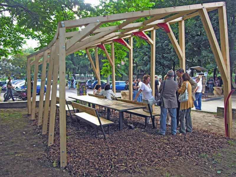gazebo di legno e tavoli con panche di quartiere