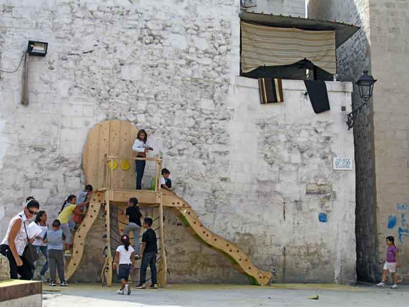 parco giochi con scivolo fatto a mano