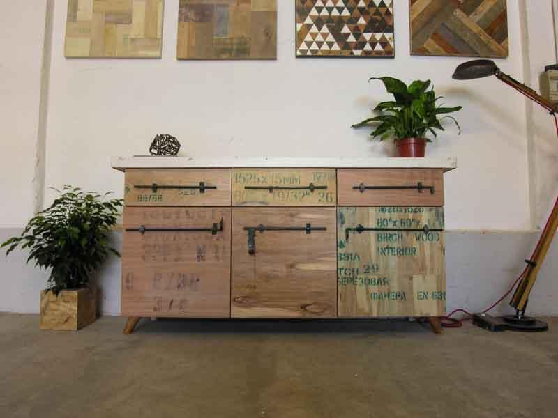 madia con grafiche e legno riciclato