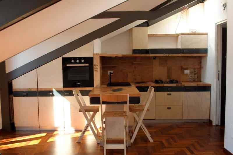 cucina sottotetto di legno su misura