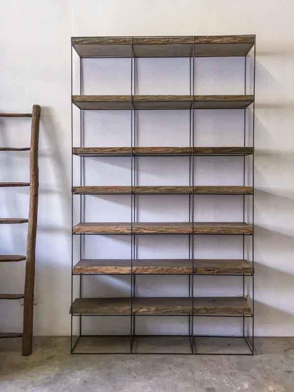 libreria con assi di legno e ferro sottile