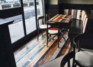 pavimento con legno colorato di riciclo