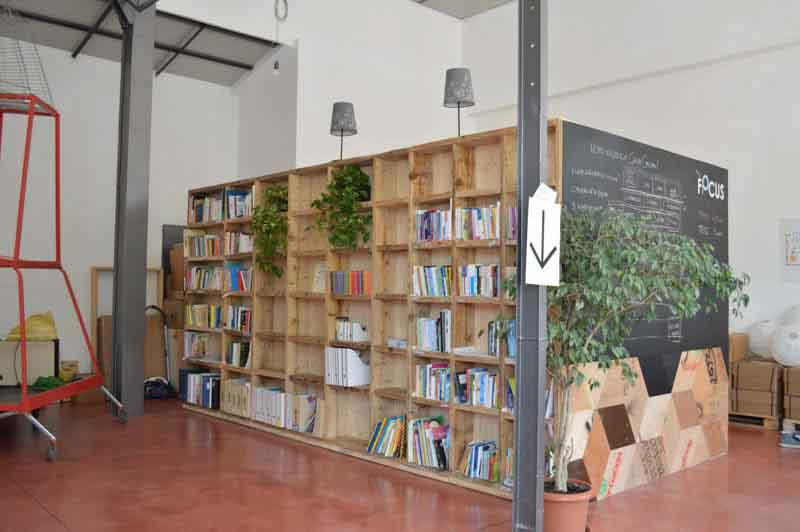 libreria di legno fatta a mano