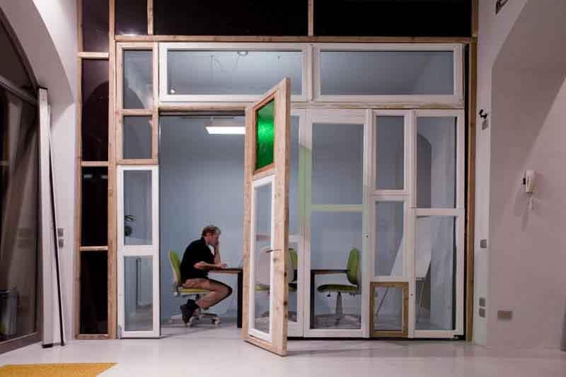 parete mobile con porte e finestre riciclate