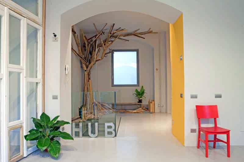 scultura albero di scarti di legno