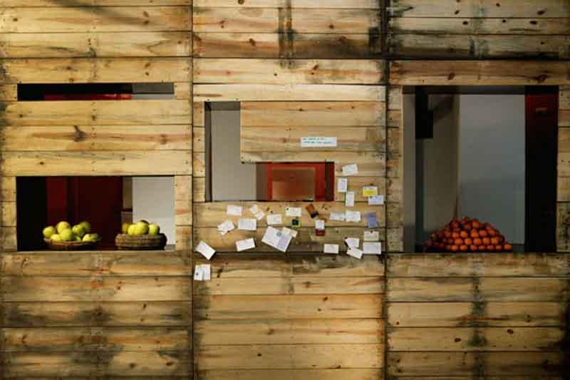 parete divisoria con legni recuperati