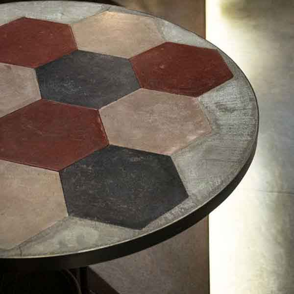 tavolino con cementine lombarde recuperate e cemento