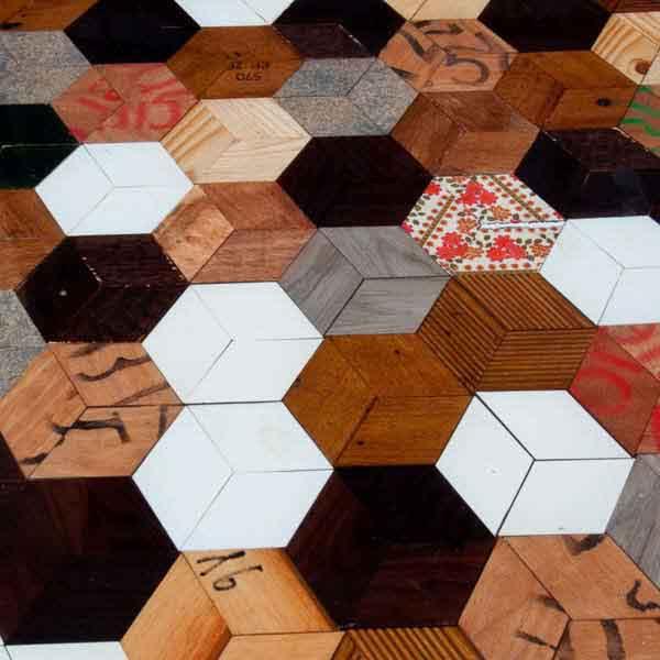 ripiano tavolo ad esagoni di legno e resina