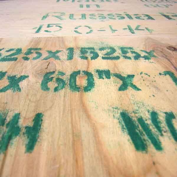 pannello di legno con scritte verdi