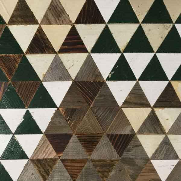 triangoli di legno colorato di riciclo