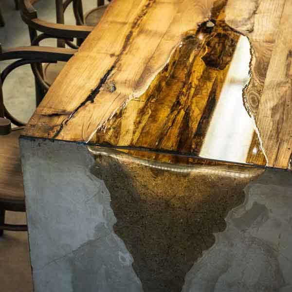 tavolo con legno antico, cemento e resina