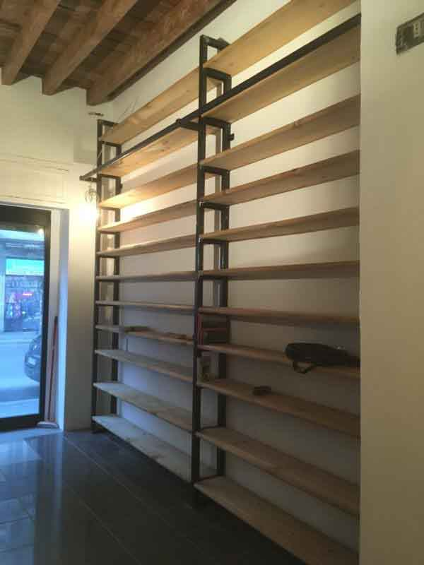 libreria con assi di legno di recupero e ferro