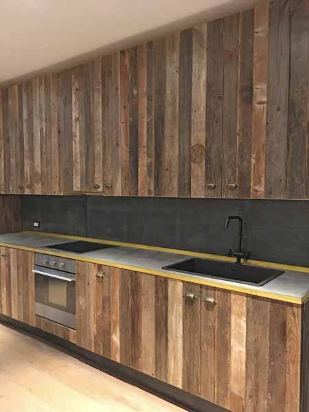 cucina legno di recupero cemento e ottone